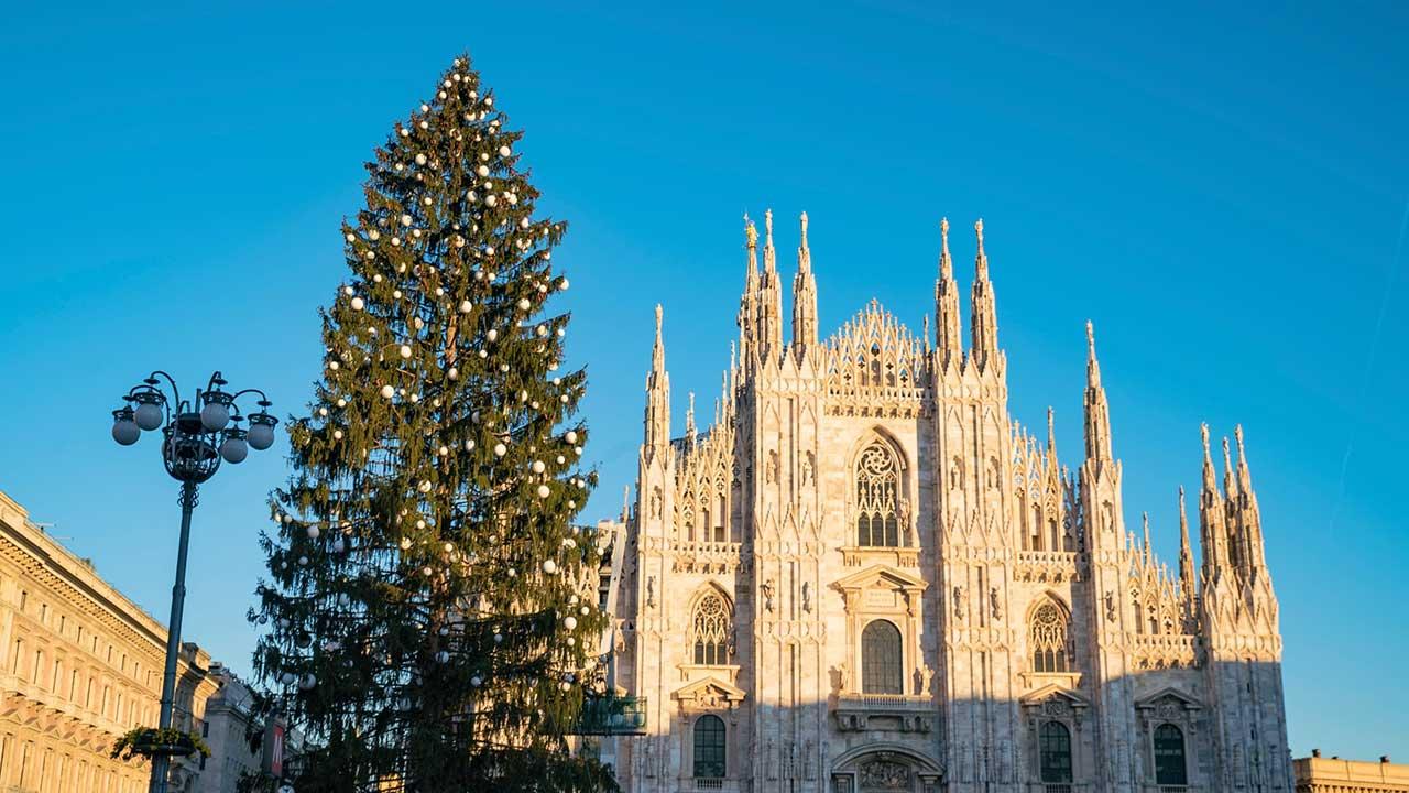 Si accende in piazza Duomo l'albero di Natale di Sky Italia thumbnail