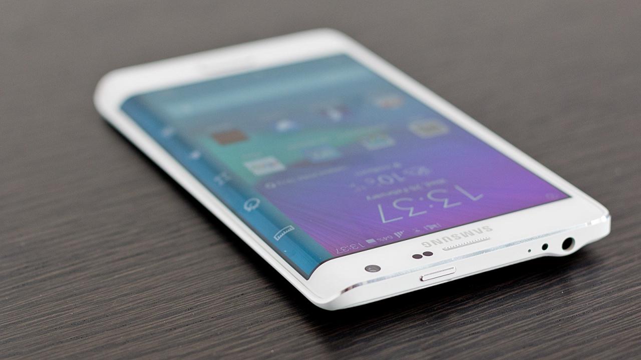 Samsung: i display degli smartphone del futuro in tre concept thumbnail