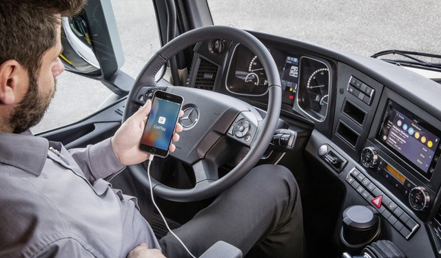 Apple CarPlay e Android MirrorLink sbarcano sui camion Mercedes-Benz thumbnail