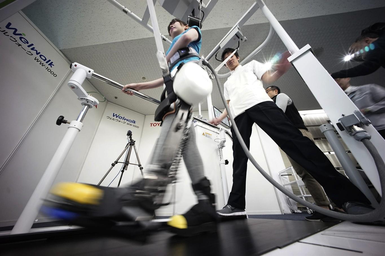 Paralisi arti inferiori: ecco come il robot di Toyota potrà aiutare i pazienti a camminare thumbnail