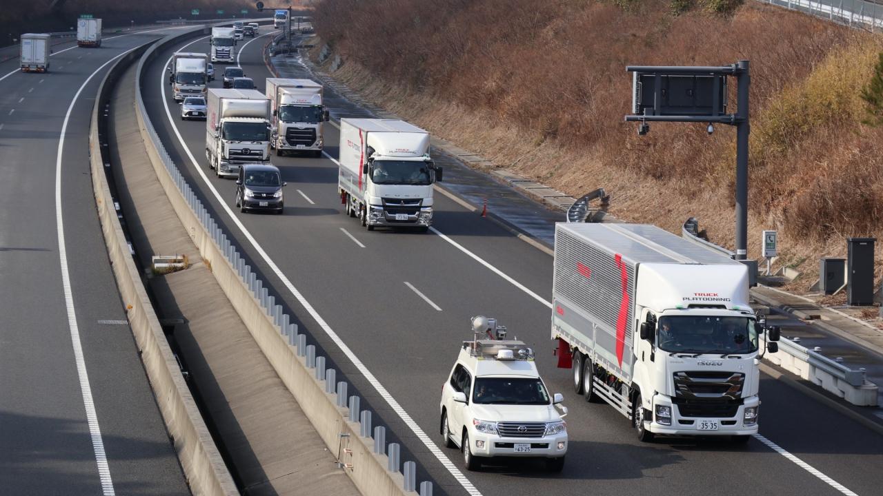Daimler Trucks effettua nuovi test sul platooning in Giappone thumbnail