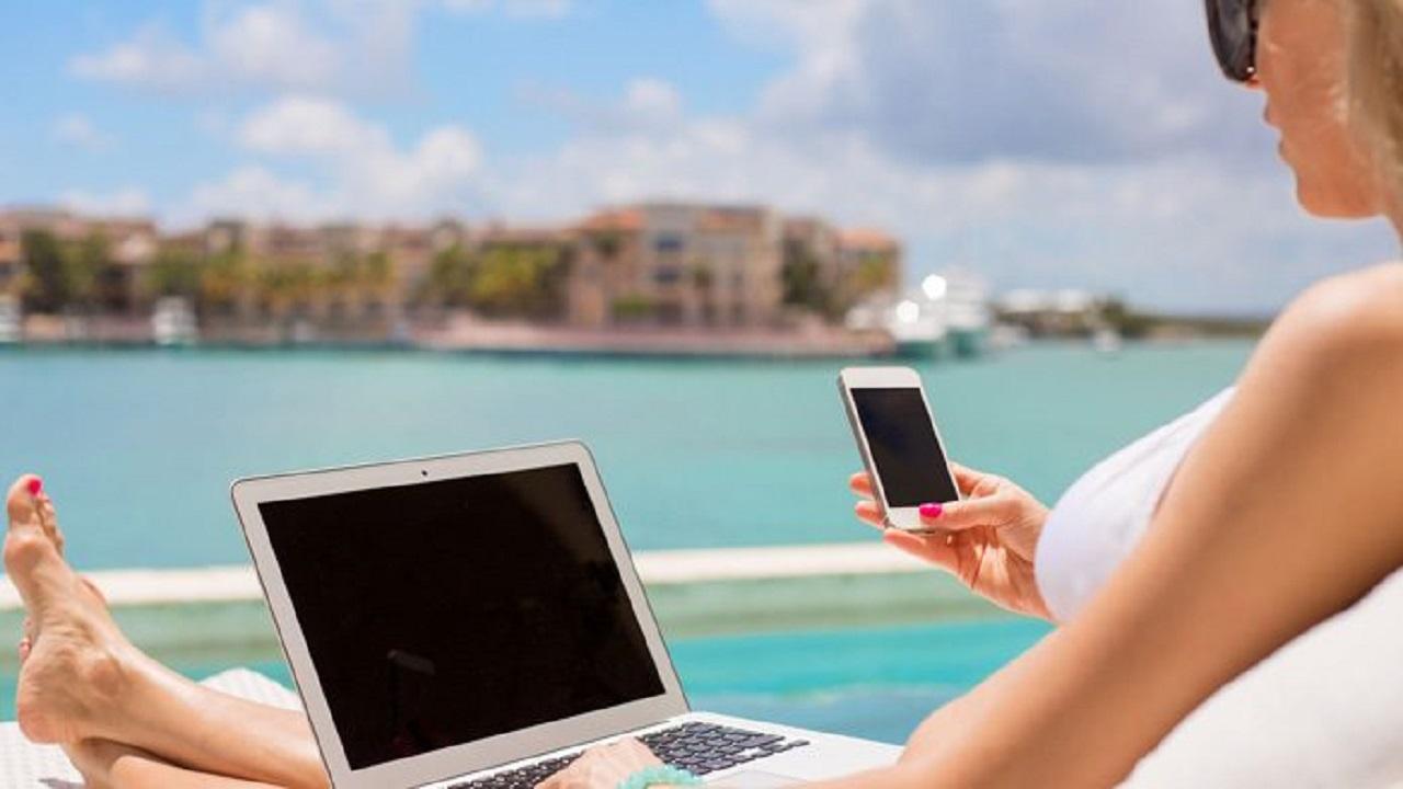 Italiani in vacanza, ma sempre più connessi e reperibili per lavoro thumbnail