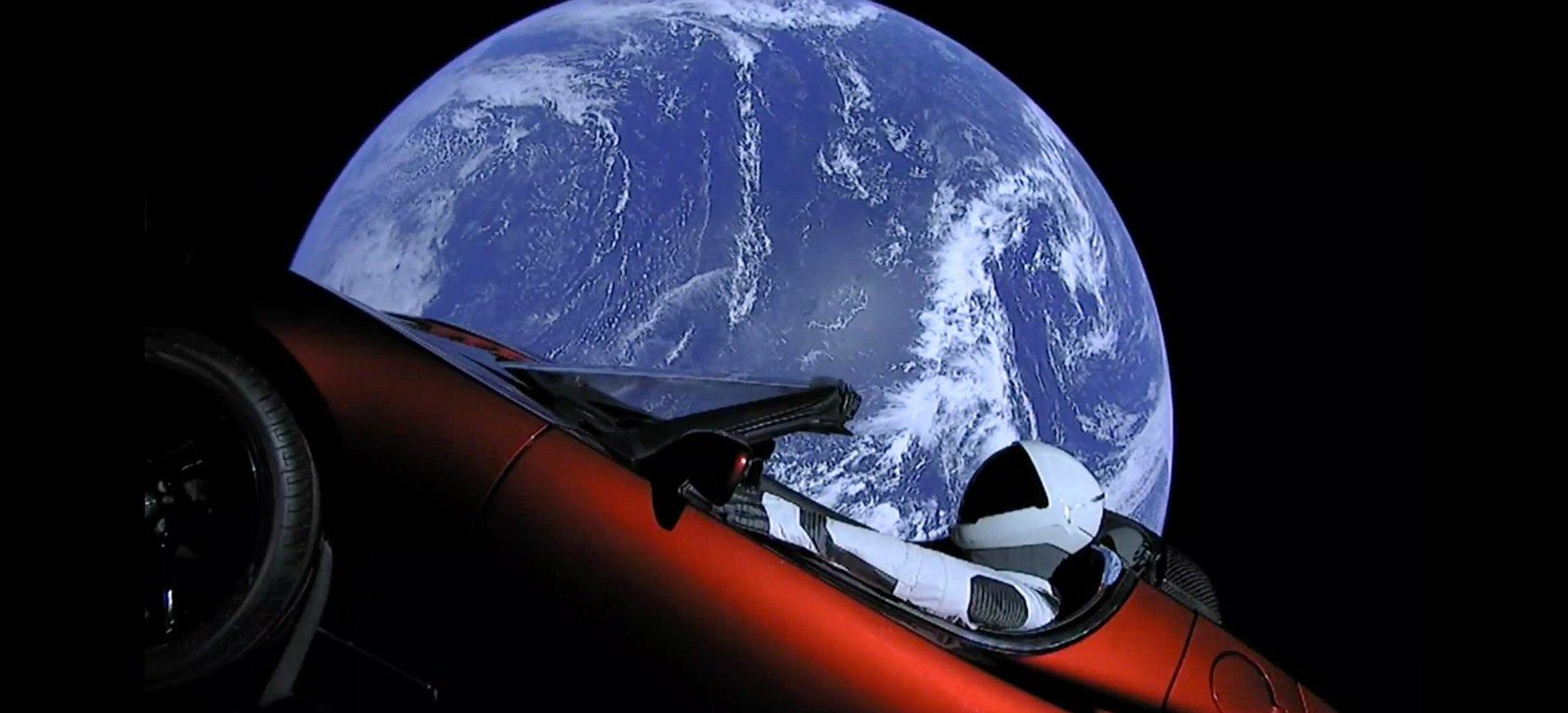 """Falcon Heavy: Elon Musk porta una Tesla nello spazio a bordo di un razzo """"riciclato"""" thumbnail"""