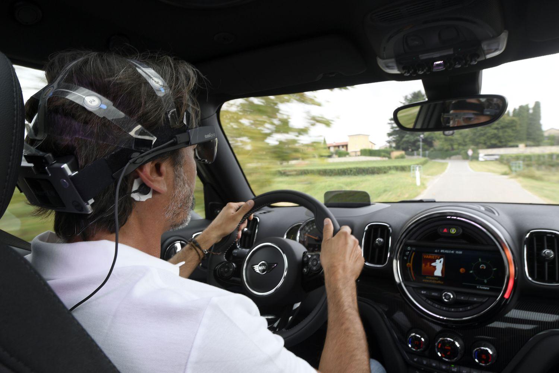 Cosa proviamo mentre siamo alla guida? È la neuroscienza a spiegarlo attraverso una MINI ibrida thumbnail