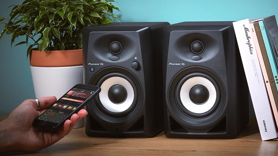 Pioneer DJ lancia nuove cuffie, console e speaker per i DJ del domani thumbnail