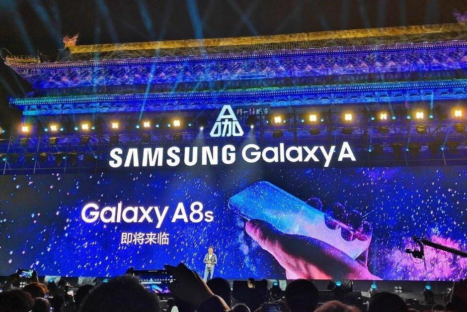 Samsung Galaxy A8s: lo smartphone tutto schermo non è più fantasia thumbnail