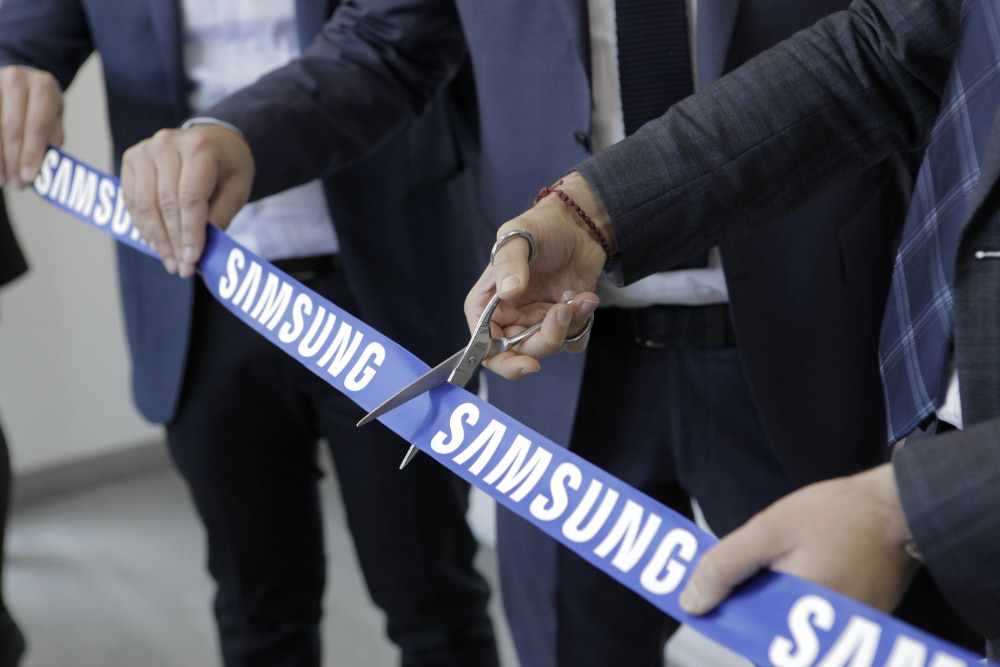 Samsung taglio nastro