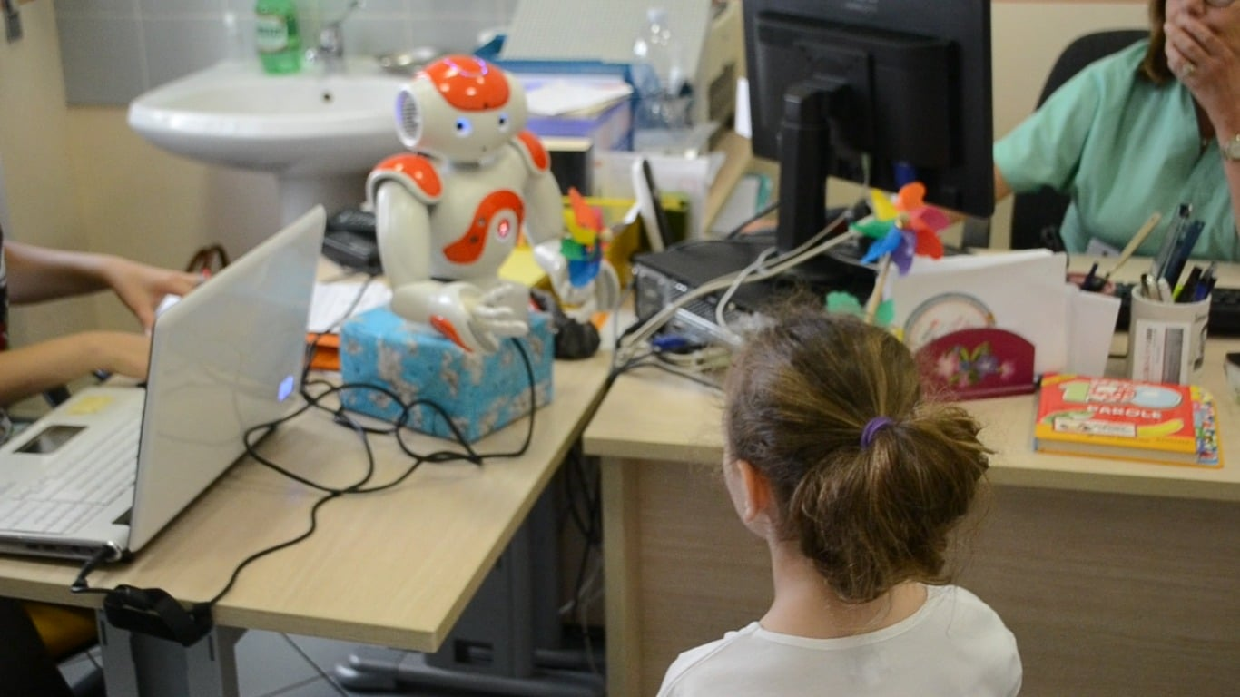 Nao, il robot umanoide amico dei bambini in età da vaccino thumbnail