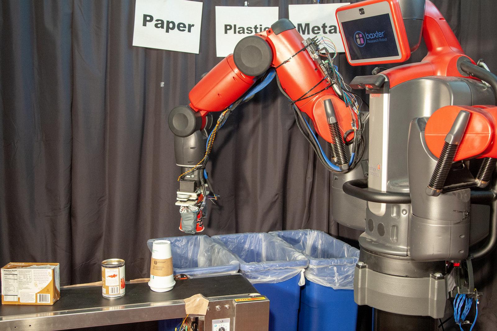 Il MIT crea il primo robot capace di riciclare lattine e carta grazie al tatto thumbnail