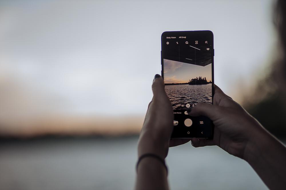 Smartphone in vacanza, le 5 regole per un uso corretto e civile thumbnail