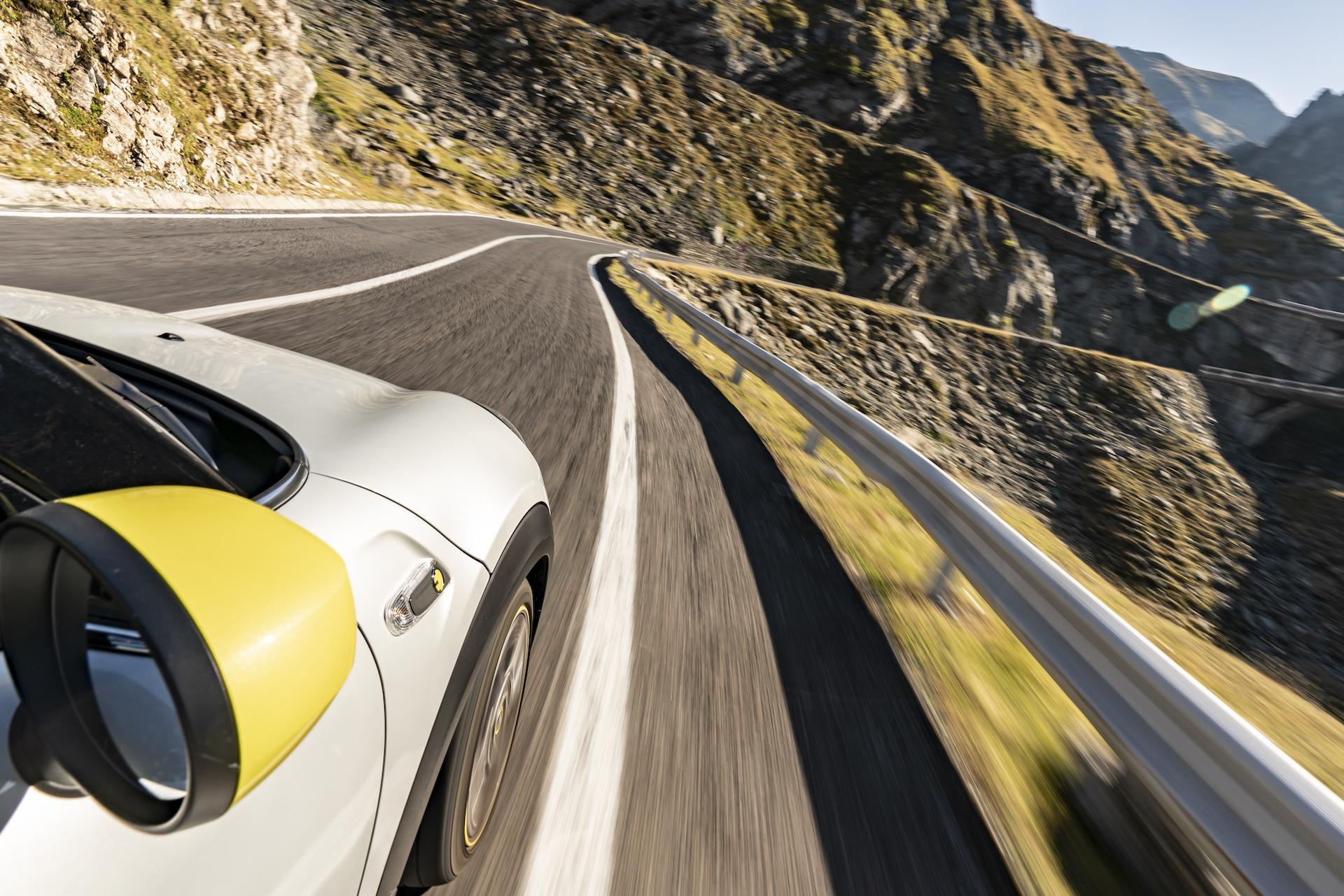 """Nuova MINI Cooper SE:  zero emissioni sulla """"più bella strada del mondo"""" thumbnail"""