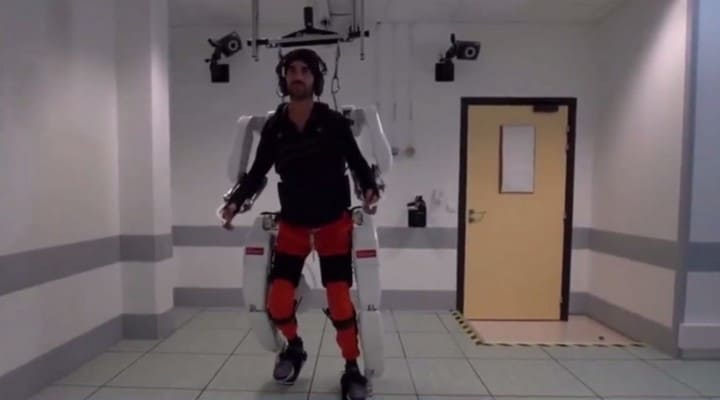 Esoscheletro controllato dal cervello fa camminare un uomo paralizzato thumbnail
