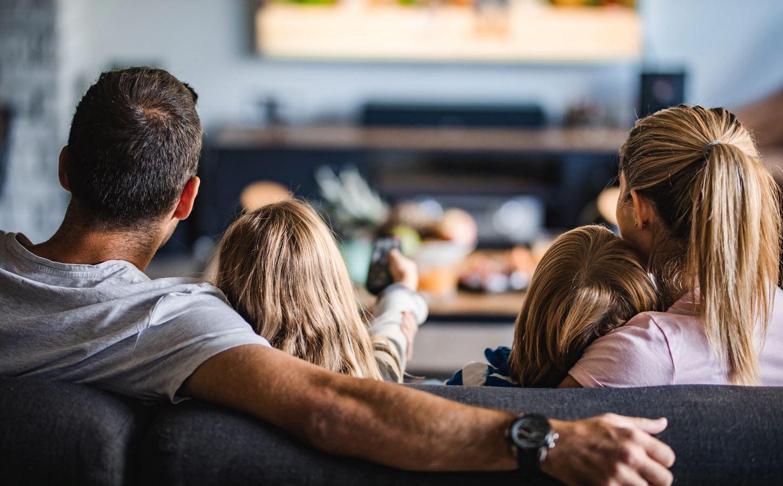 famiglia televisione Samsung 8k