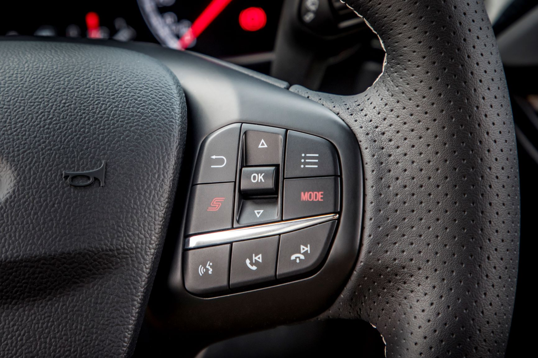Ford Focus ST tasto sport volante