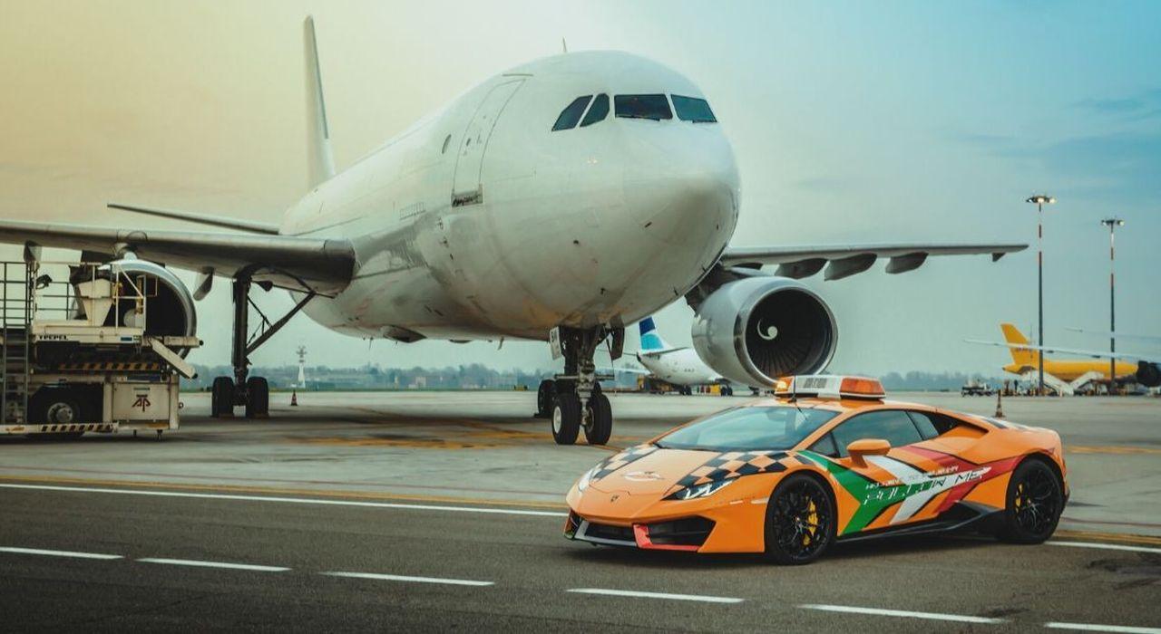 """Una Lamborghini Huracan è la """"follow me car"""" dell'aeroporto di Bologna thumbnail"""