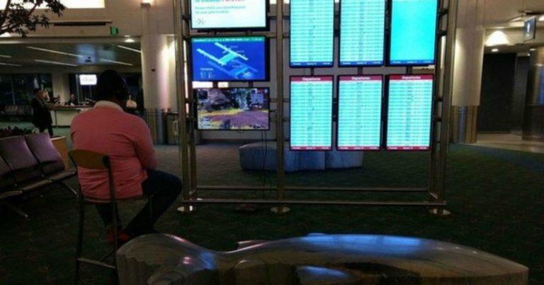 PlayStation: un uomo collega la sua console al monitor di un aereoporto thumbnail