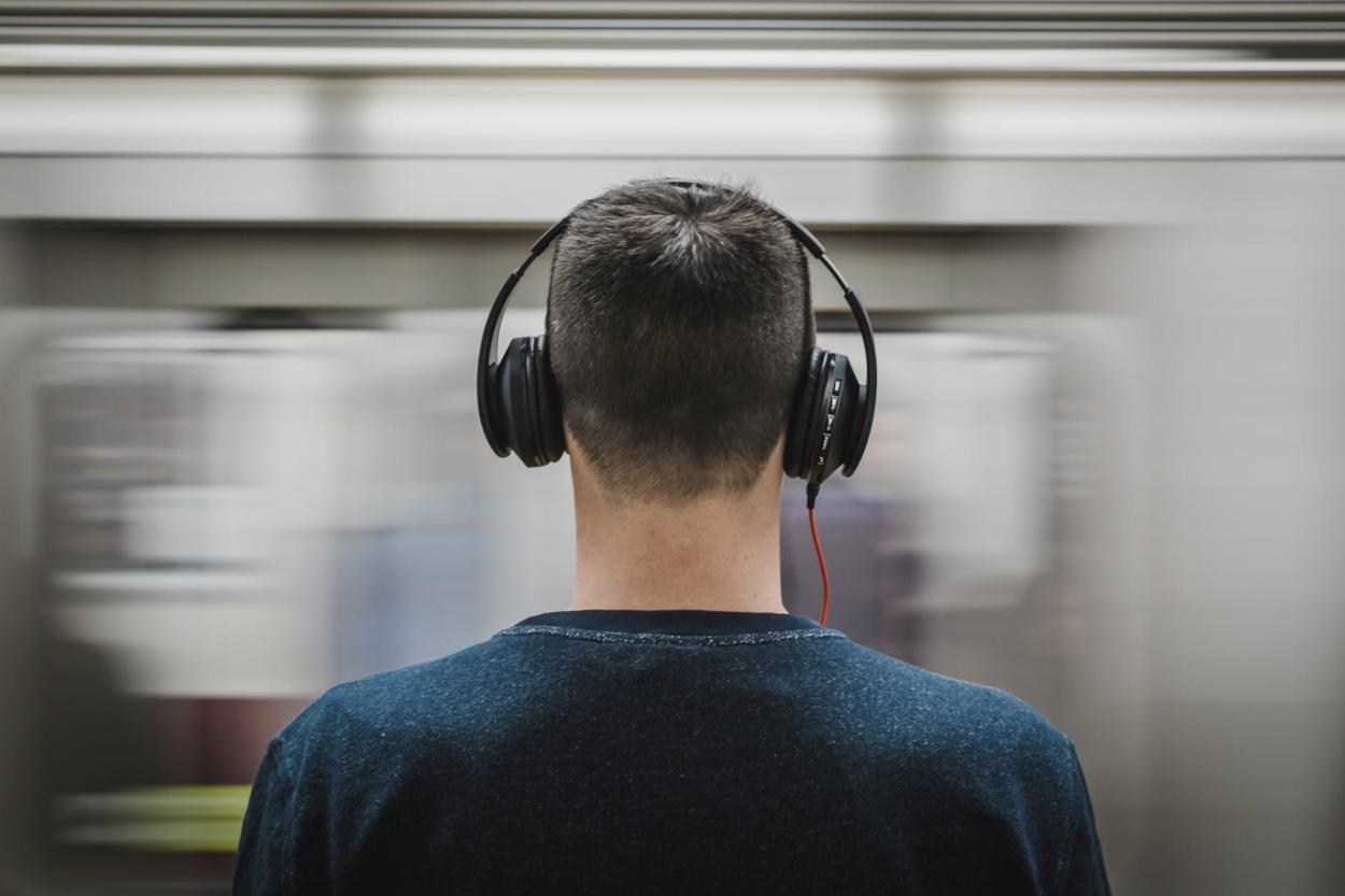Migliori podcast italiani: i 28 podcast che devi assolutamente ascoltare thumbnail