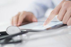 Si può prenotare una visita medica via IVR vocale, bot o social?
