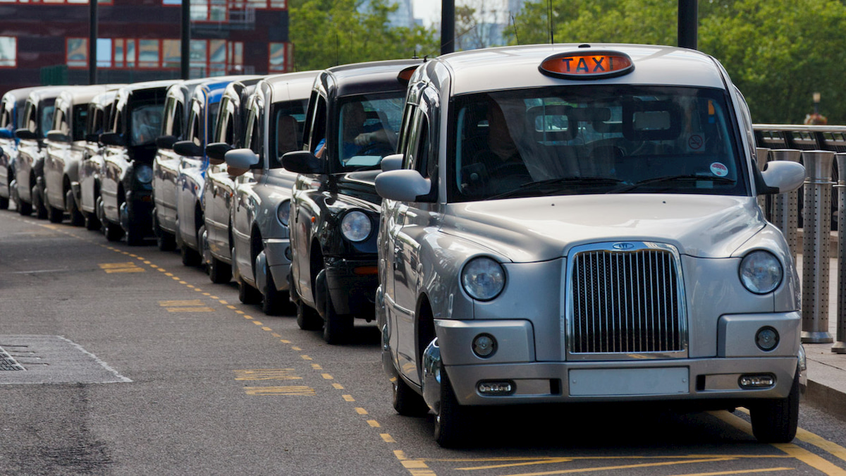Il governo UK investe sui taxi elettrici con ricarica wireless thumbnail