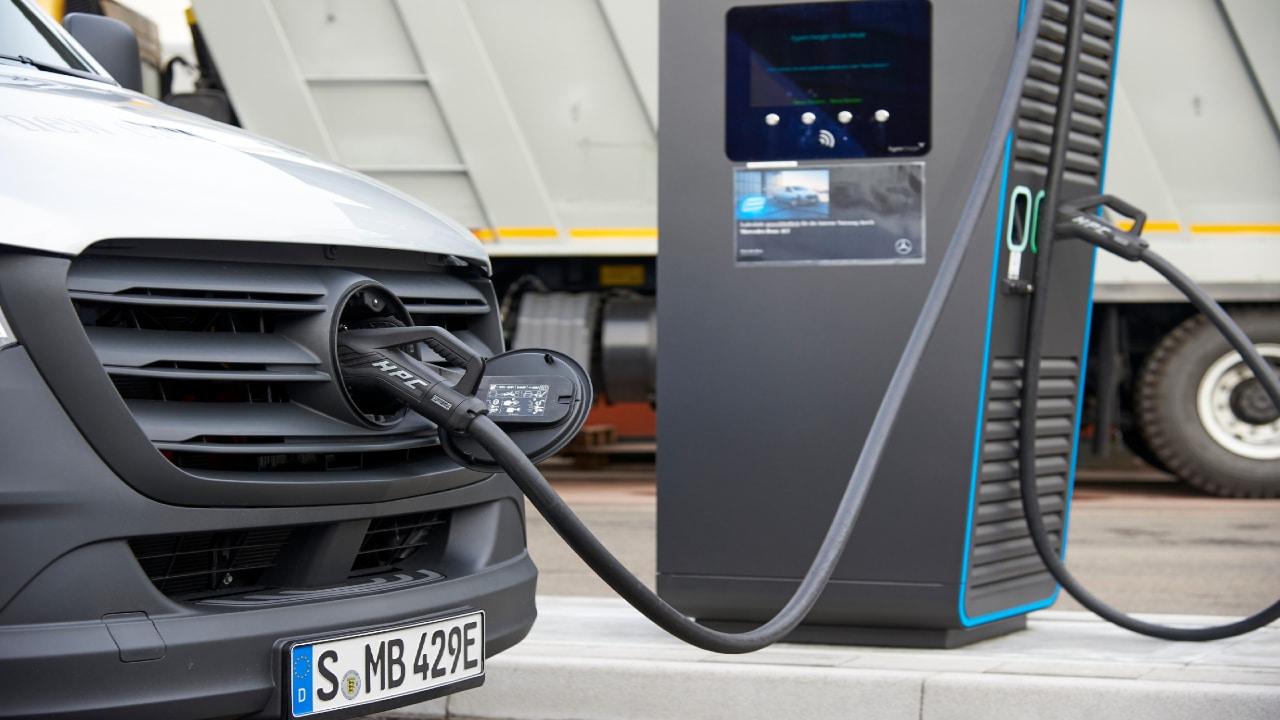 Daimler inaugura una nuova stazione di ricarica per veicoli elettrici thumbnail