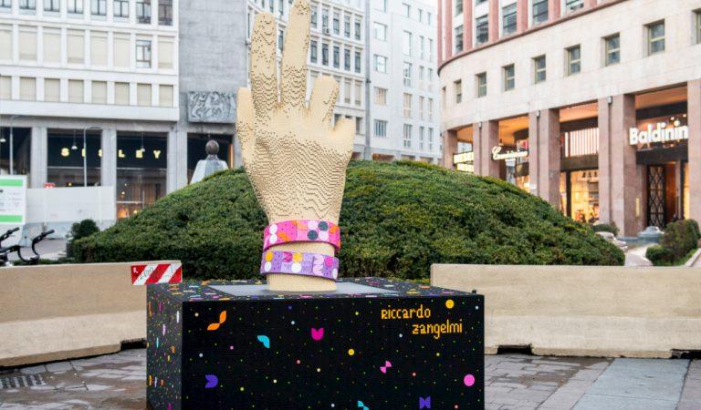 A Milano arriva una nuova scultura LEGO in Piazza San Babila