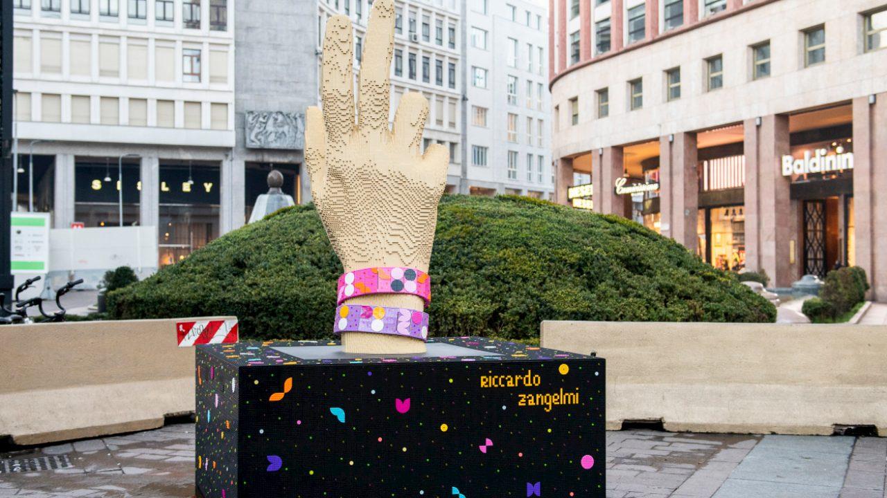 A Milano arriva una nuova scultura LEGO in Piazza San Babila thumbnail