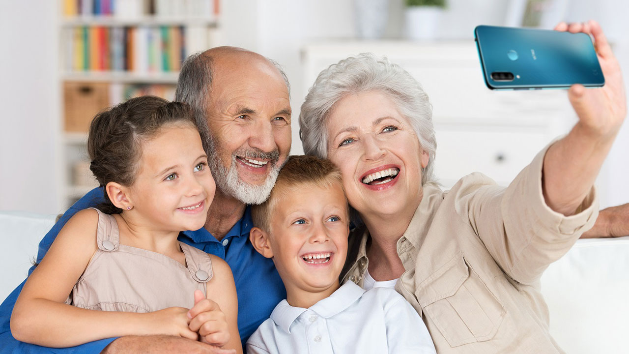 Gli Over 60? Ecco cosa cercano in uno smartphone thumbnail