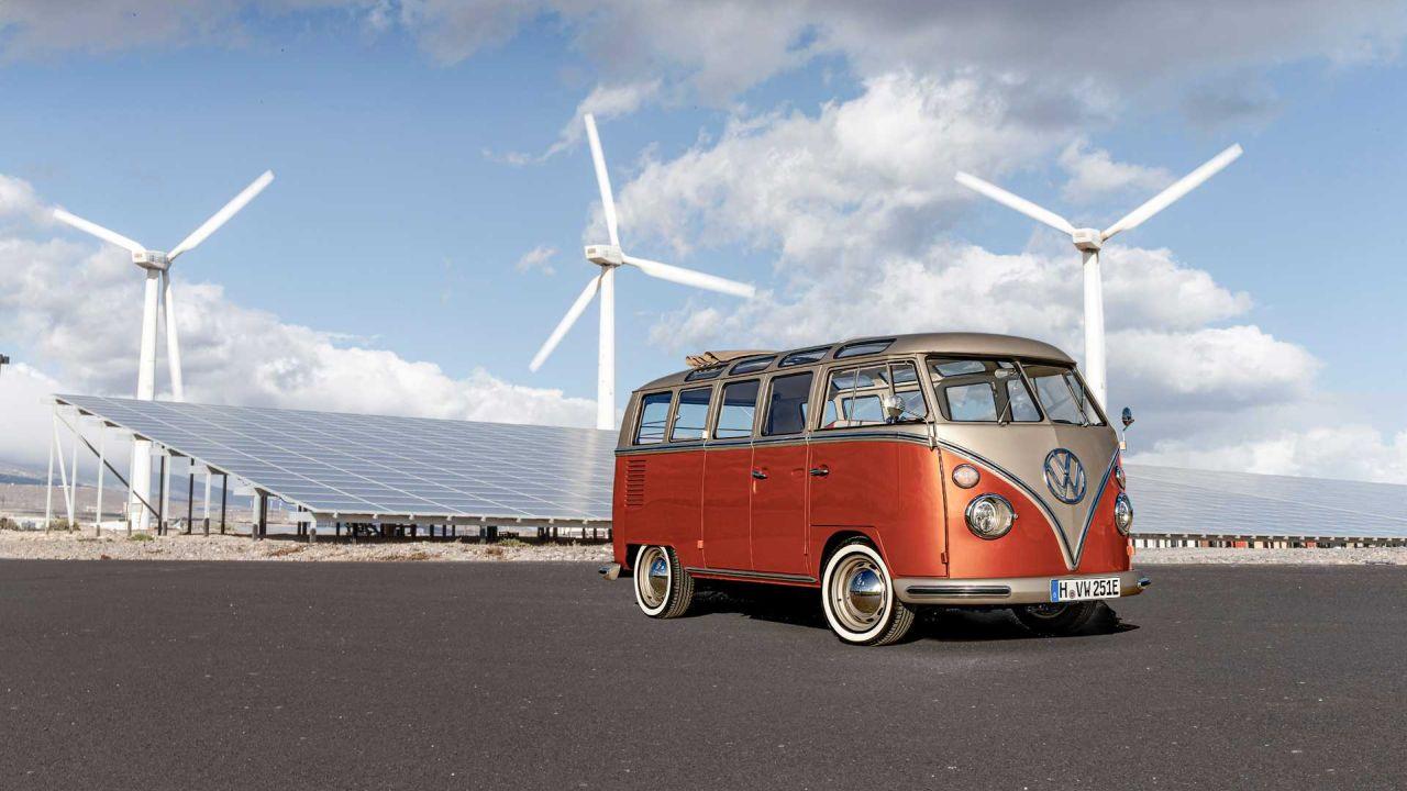 Volkswagen e-Bulli, il mitico minibus T1 diventa elettrico thumbnail
