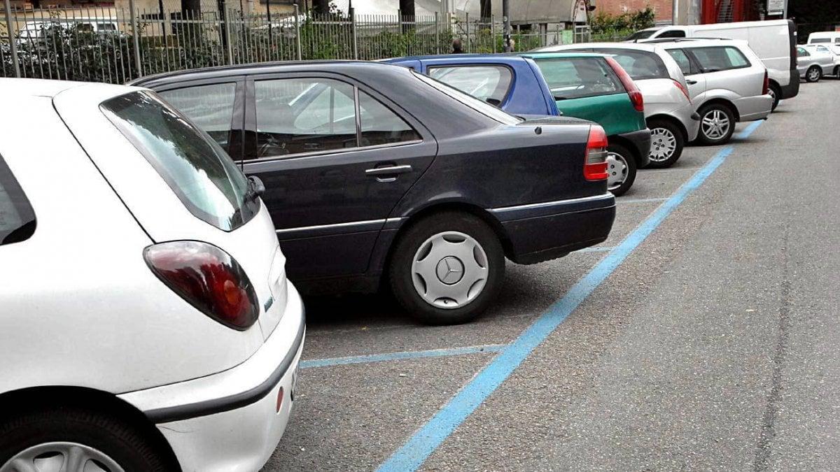 Auto ferma parcheggio in strada