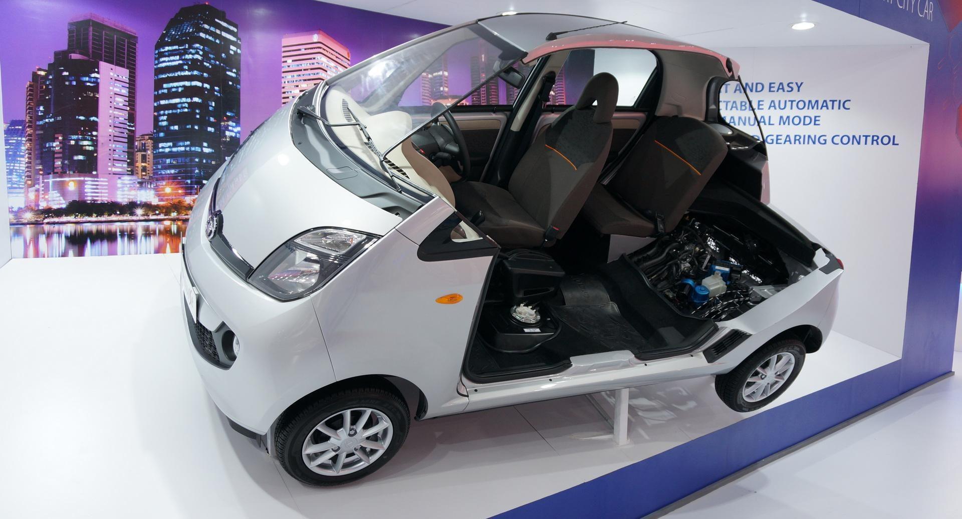 Auto più lente Tata nano spaccata