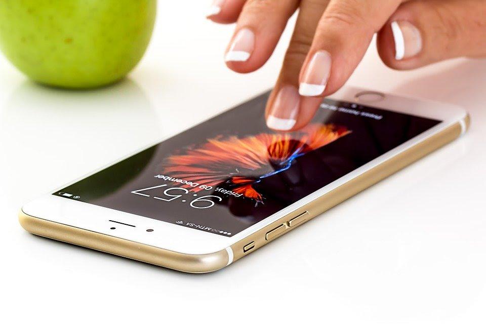 Le potenzialità di uno smartphone in tempo di coronavirus thumbnail