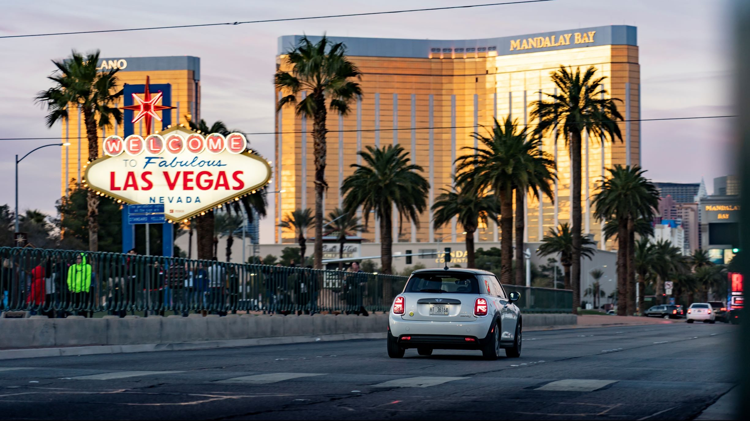 La prima MINI elettrica messa alla prova tra Las Vegas e i deserti del Nevada thumbnail