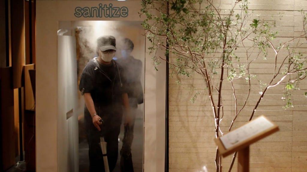 Tokyo, spray disinfettante sui clienti all'ingresso del pub thumbnail