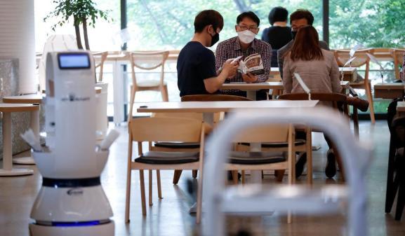 Un robot barista prepara e porta i caffè al tavolo in Corea del Sud thumbnail