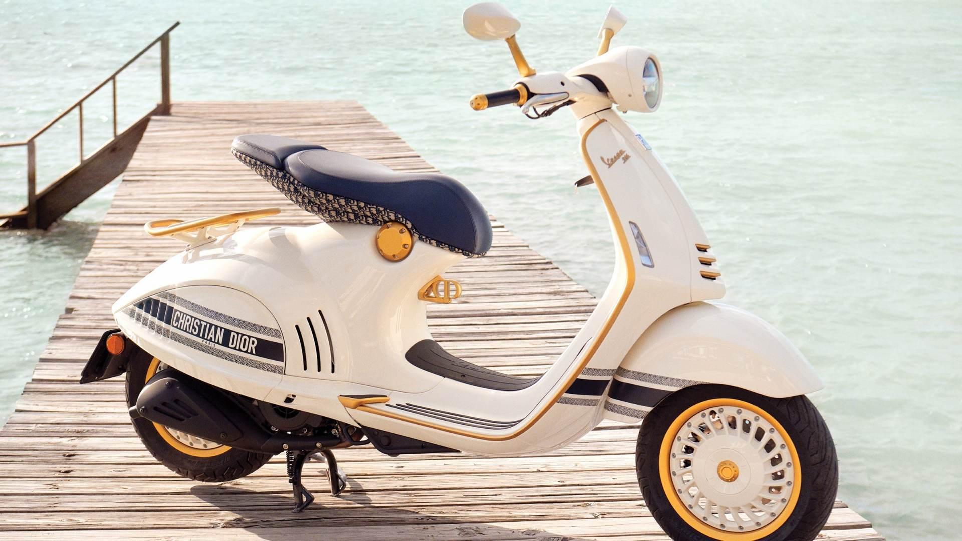 Vespa 946 Christian Dior, due icone in un unico scooter thumbnail