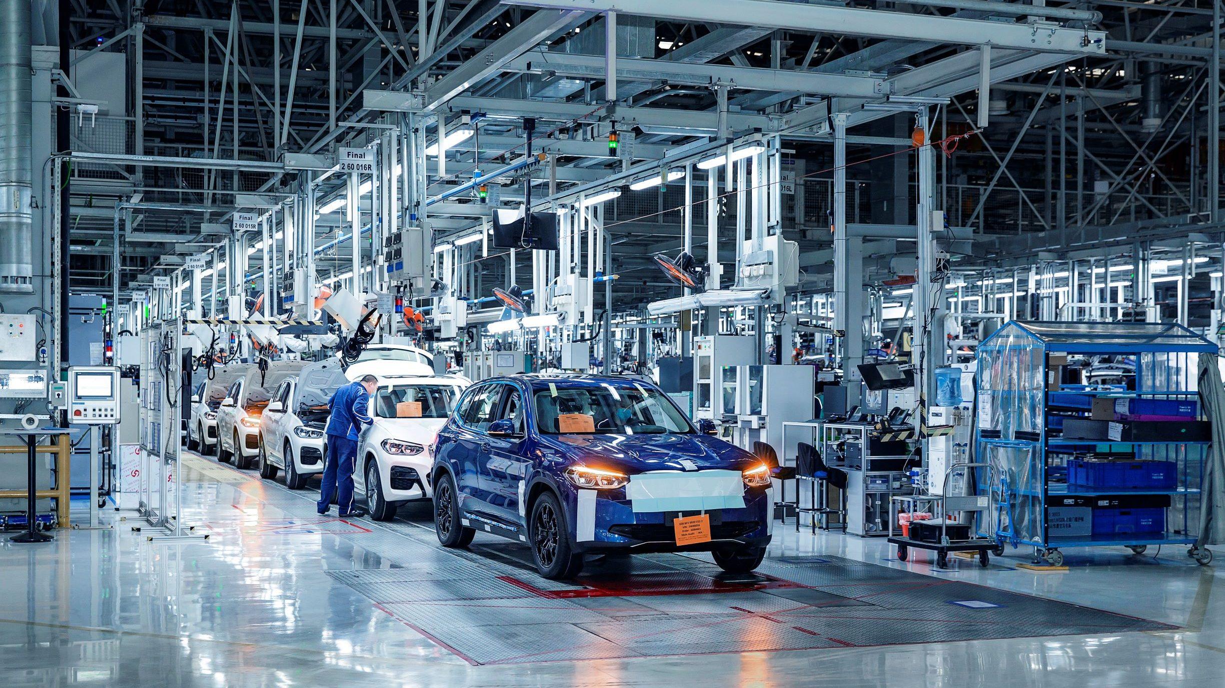 BMW iX3 si prepara al debutto: pre-produzione in Cina, lancio entro l'anno thumbnail
