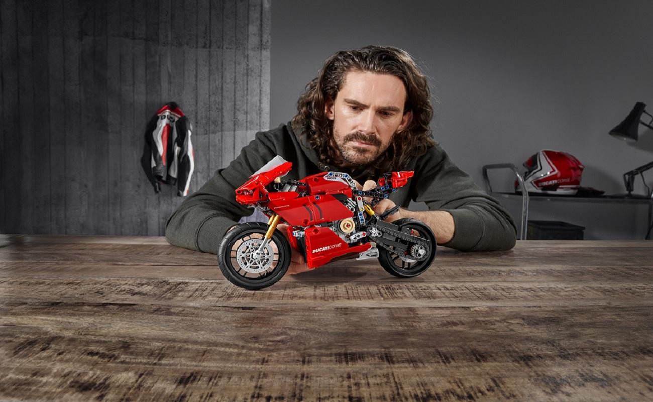 Riflettori puntati sul modello in scala 1:1 della Ducati Panigale V4 R LEGO thumbnail