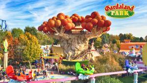 Gardaland riaprirà il 13 giugno con prenotazione obbligatoria Il parco divertimenti più famoso d'Italia riapre al pubblico con una serie di accortezze