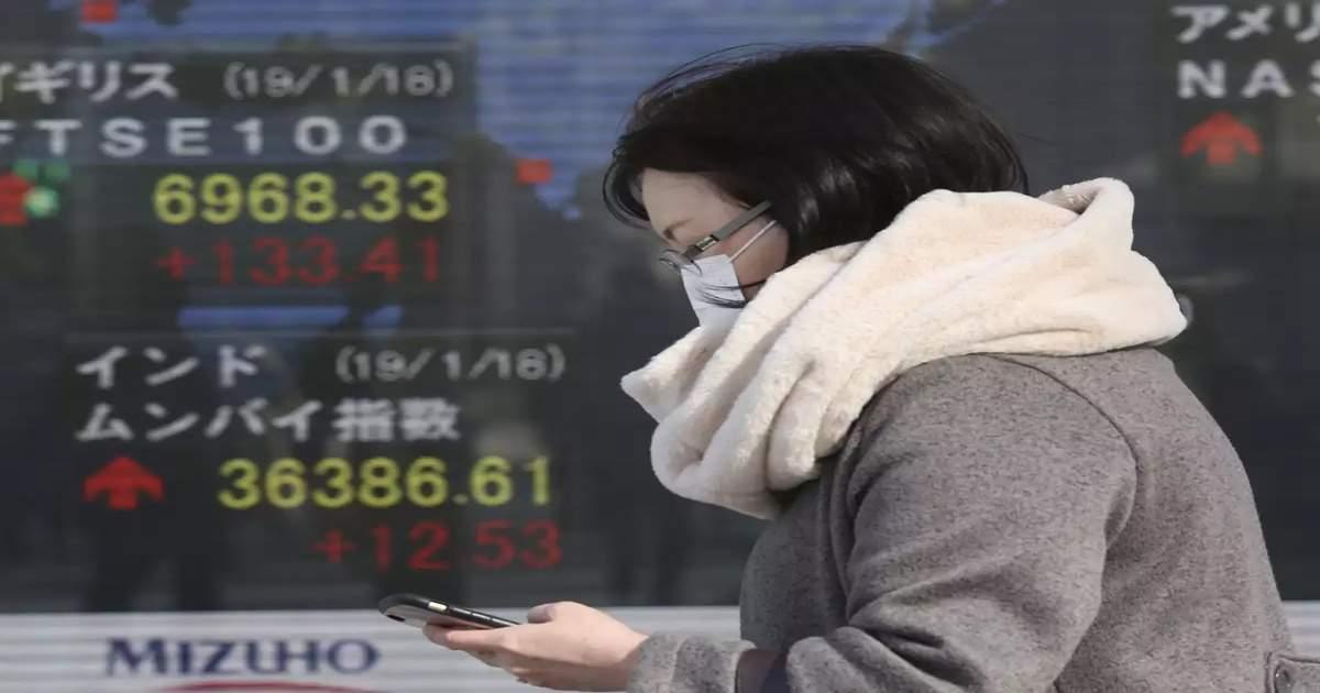 Giappone, guardare lo smartphone mentre si cammina diventa illegale thumbnail