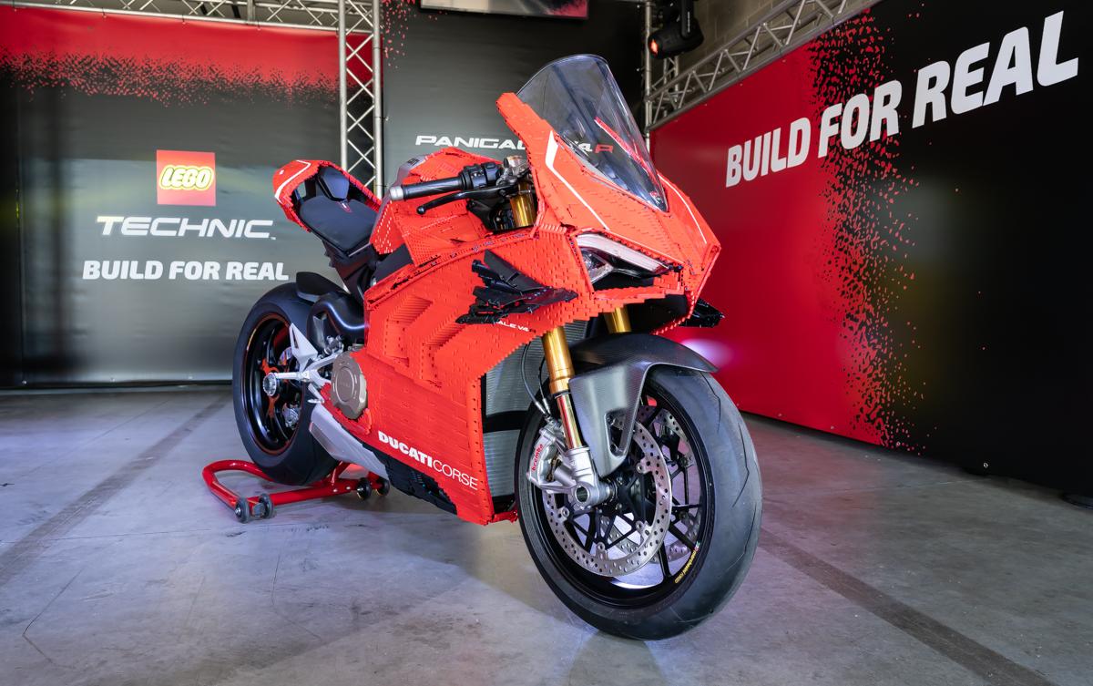 LEGO e Ducati presentano la Panigale V4 R carenata Technic thumbnail