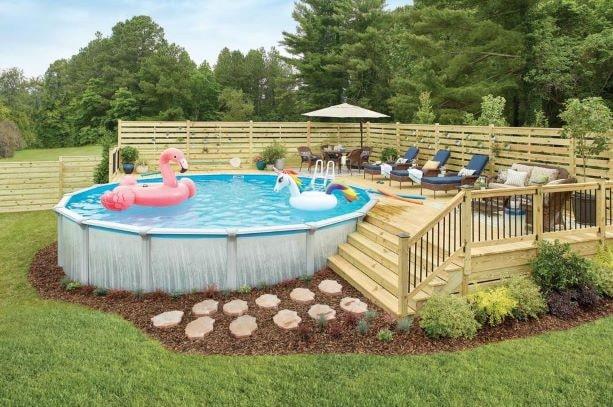 Ammollo in piscina: relax nel giardino di casa thumbnail