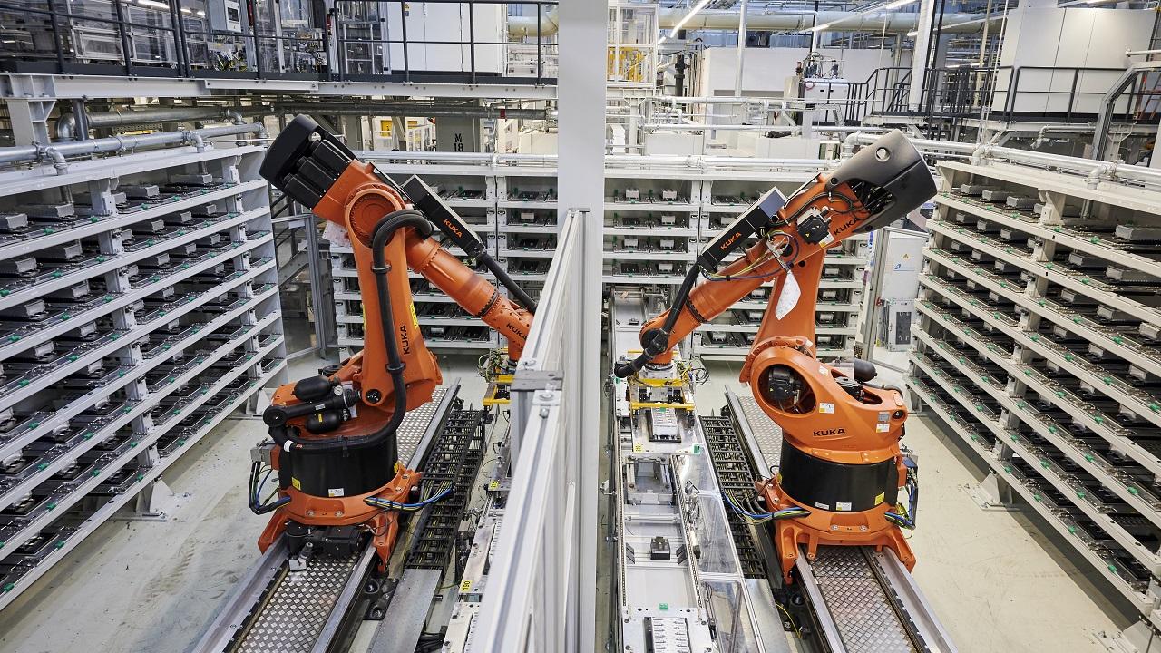 BMW annuncia nuovi investimenti per la mobilità elettrica thumbnail
