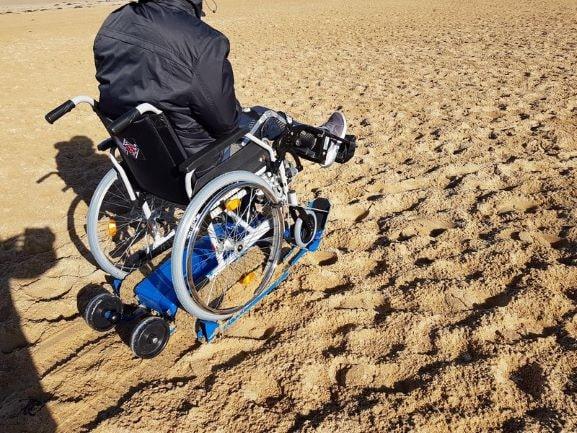 Freedom Trax trasforma una sedia a rotelle manuale in un fuoristrada thumbnail