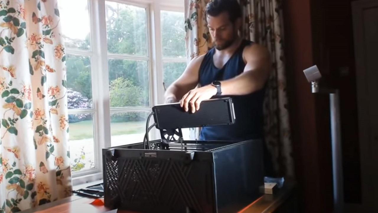 Henry Cavill posta il video dell'assemblaggio del suo PC da gaming thumbnail