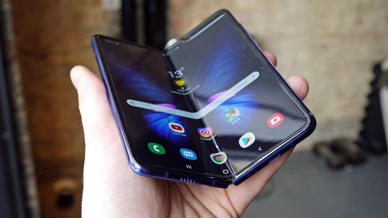 Samsung Galaxy Z Fold 2 si mostra in un primo render in bassa risoluzione thumbnail