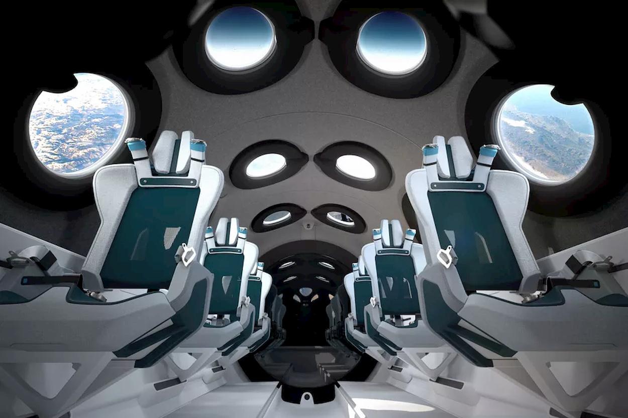 Svelati gli interni dell'aeroplano spaziale turistico di Virgin Galactic thumbnail