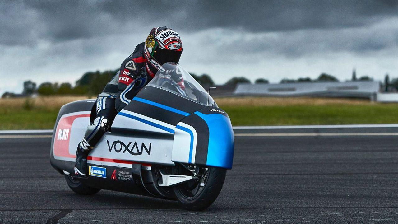 Voxan Wattman e Max Biaggi puntano al record di velocità su una moto elettrica thumbnail