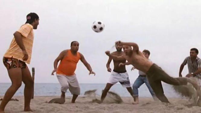giochi in spiaggia tre uomin e un gamba