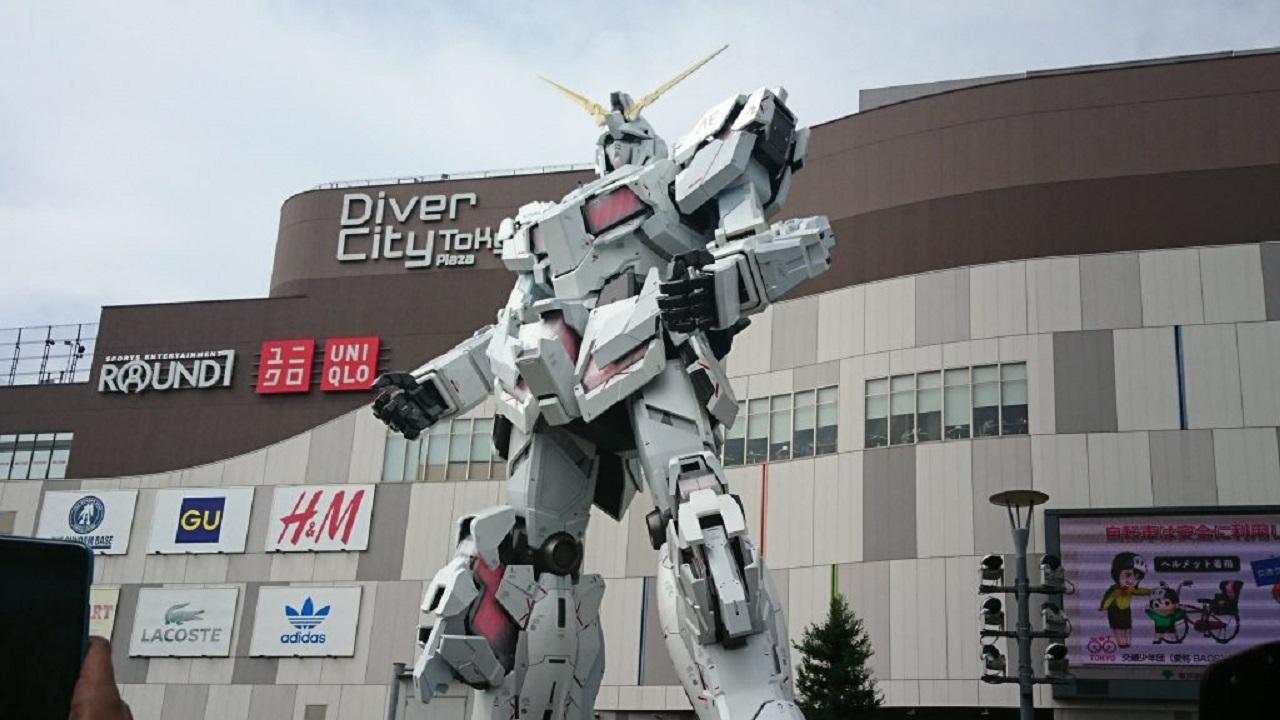 La statua di Gundam si mostra in video thumbnail