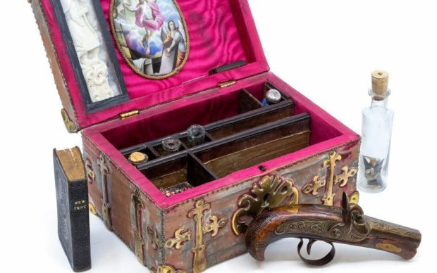 Kit anti-vampiro venduto all'asta per 2.500 sterline. E no, non è un videogame thumbnail